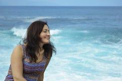 Femme appréciant l'océan photo stock