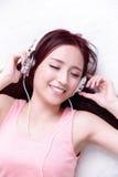 Femme appréciant la musique Images libres de droits