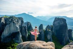 Femme appréciant la nature sur les montagnes Photographie stock libre de droits