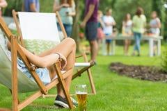 Femme appréciant la partie de vacances d'été Images libres de droits
