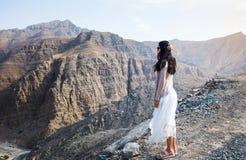 Femme appréciant la vue de gamme de montagne Images stock