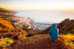 Femme appréciant la vue de paysage près de la ville de Santa Cruz Image stock