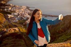 Femme appréciant la vue de paysage près de la ville de Santa Cruz Image libre de droits