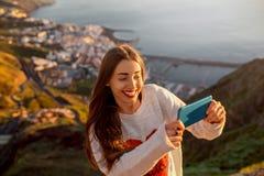 Femme appréciant la vue de paysage près de la ville de Santa Cruz Photos libres de droits