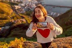 Femme appréciant la vue de paysage près de la ville de Santa Cruz Photos stock
