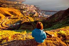 Femme appréciant la vue de paysage près de la ville de Santa Cruz Photo libre de droits