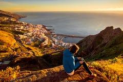 Femme appréciant la vue de paysage près de la ville de Santa Cruz Photographie stock libre de droits
