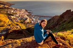 Femme appréciant la vue de paysage près de la ville de Santa Cruz Photographie stock