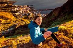 Femme appréciant la vue de paysage près de la ville de Santa Cruz Images libres de droits