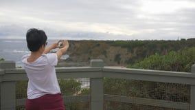 Femme appréciant la vue du paysage australien de plage banque de vidéos