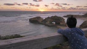 Femme appréciant la vue du paysage australien de plage clips vidéos