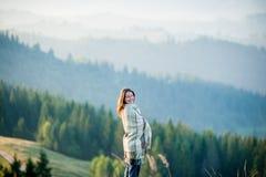 Femme appréciant le beau paysage avec la brume de matin au-dessus des montagnes Photos libres de droits