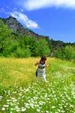 Femme appréciant le beau pré d'été Photographie stock