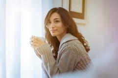 Femme appréciant le café de matin image stock