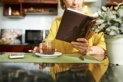 Femme appr?ciant le caf? et le bon livre images libres de droits