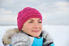 Femme appréciant le jour d'hiver Photographie stock