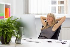 Femme appréciant le jour réussi au travail Image libre de droits