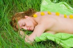 Femme appréciant le massage Photographie stock