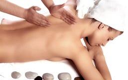 Femme appréciant le massage arrière photographie stock libre de droits