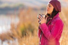 Femme appréciant le matin d'hiver images libres de droits