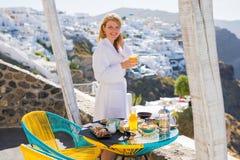 Femme appréciant le matin dans l'hôtel de luxe dans Santorini photo libre de droits