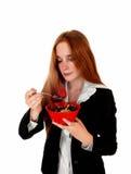 Femme appréciant le petit déjeuner images stock