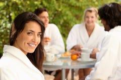 Femme appréciant le petit déjeuner dehors Image libre de droits