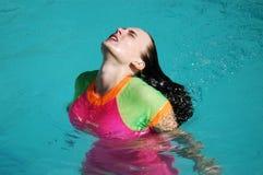 Femme appréciant le soleil Photographie stock libre de droits