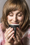Femme appréciant le thé Photographie stock libre de droits