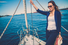 Femme appréciant le tour sur un yacht Photographie stock