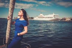 Femme appréciant le tour sur un yacht Image stock