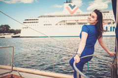 Femme appréciant le tour sur un yacht Photos stock