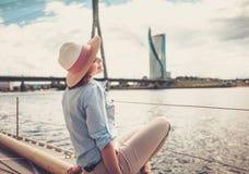 Femme appréciant le tour sur un yacht Images libres de droits