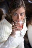 Femme appréciant le verre de vin photo stock