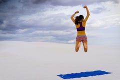 Femme appréciant le yoga dans l'oasis reculée de désert Photographie stock