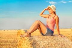 Femme appréciant sur la zone de blé Image stock