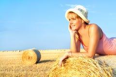 Femme appréciant sur la zone de blé Images stock
