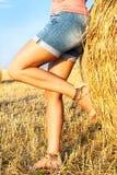 Femme appréciant sur la zone de blé Photo libre de droits