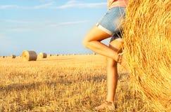 Femme appréciant sur la zone de blé Photographie stock