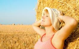 Femme appréciant sur la zone de blé Photos libres de droits