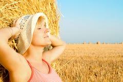 Femme appréciant sur la zone de blé Images libres de droits