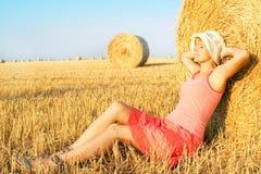Femme appréciant sur la zone de blé Photographie stock libre de droits