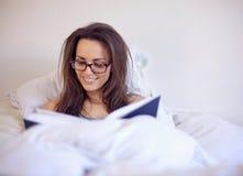 Femme appréciant un bon livre photographie stock libre de droits