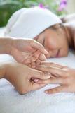 Femme appréciant un jour de massage à la station thermale Images libres de droits
