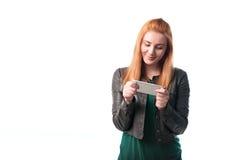 Femme appréciant un téléphone image stock
