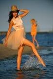 Femme appréciant la détente de plage joyeuse en été par la côte d'océan Photo stock