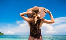 Femme appréciant la vue à la plage ou à l'océan Photographie stock