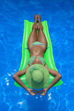 Femme appréciant une piscine Images stock