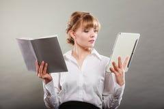 Femme apprenant avec l'ebook et le livre Éducation Image stock