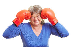 Femme appuyant des gants de boxe Photographie stock